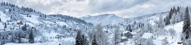 冬の山の村のパノラマ