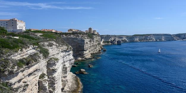 표면에 흰 석회암 절벽과 보니파시오 코르시카 바다와 푸른 하늘의 파노라마