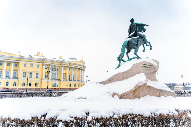 Панорама зимнего города и вид на медного всадника в санкт-петербурге, зимний пейзаж