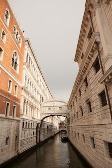 Панорама венеции, италия. гранд-канал с гондолами. венецианская открытка