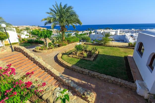 열 대 휴양지 이집트에서 흰색 도시의 파노라마