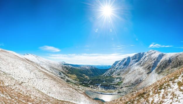 青い湖と白い山のパノラマ