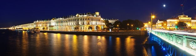 Панорама зимнего дворца в ночное время