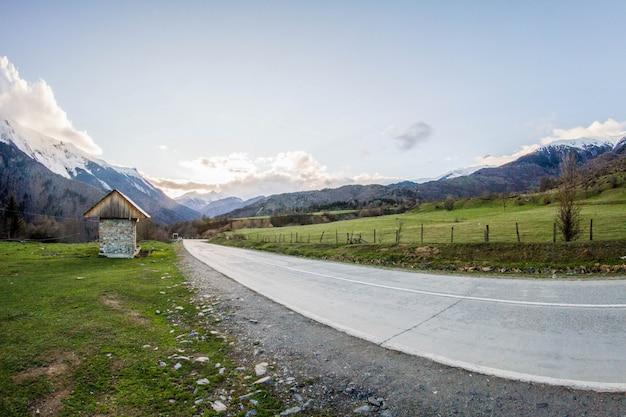 Панорама на грузинские горы дорога и снег