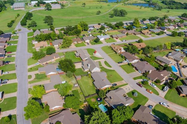 米国オクラホマ州のクリントンの小さな町の景色を見下ろすパノラマ