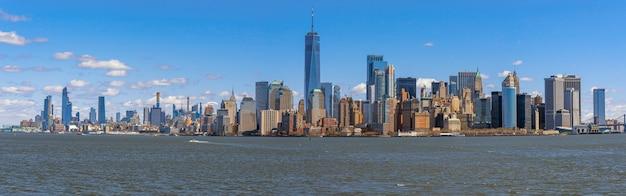 場所がマンハッタンより低いニューヨークの都市景観の川側のパノラマシーン、建築および建物