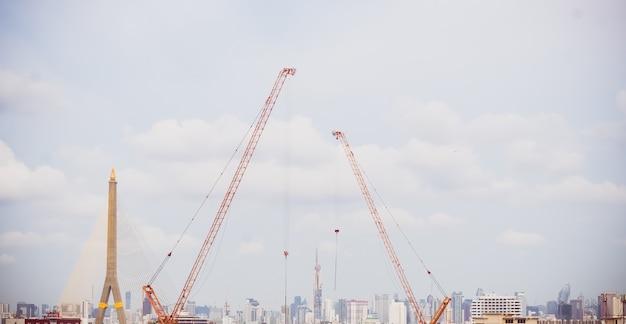 건설 현장에 푸른 하늘 배경과 크레인이 있는 건설 스카이라인의 파노라마 경치. 도시경관 도시시설