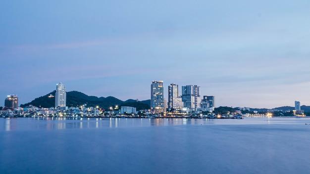 Панорама живописного морского пейзажа в шрирача чонбури, таиланд