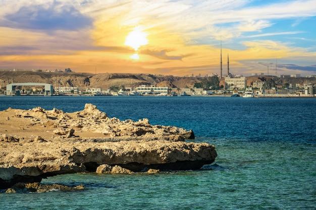 바다에서 파노라마 샤름 엘 셰이크입니다. 붉은 바다에 아름 다운 일몰 바다입니다. 여름 여행