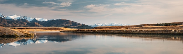 Panorama del canale sotto il lago pukaki a twisel circondato da montagne