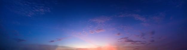 저녁에 파노라마 하늘과 태양