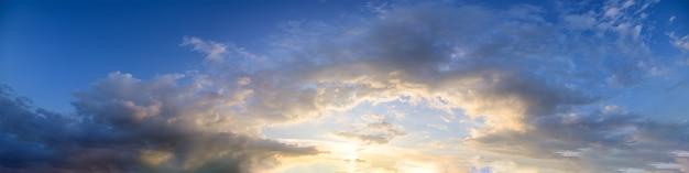 パノラマの空と夕方の太陽