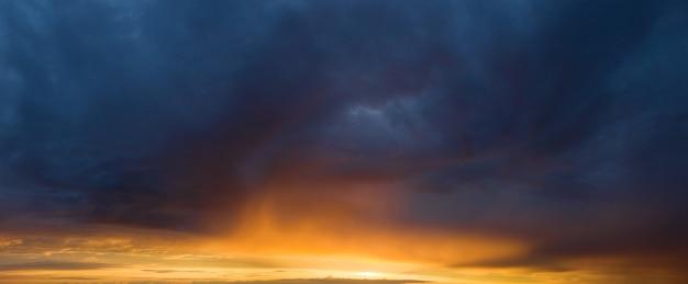 Панорама неба. красивое облако на фоне восхода солнца. небесный фон баннеров.