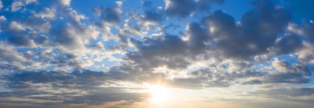 パノラマの空。日の出の空を背景に美しい雲。空のバナーの背景。