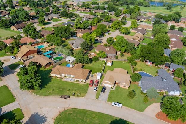 米国オクラホマ州の郊外開発における住宅街のクリントンの小さな町の空中写真のパノラマ