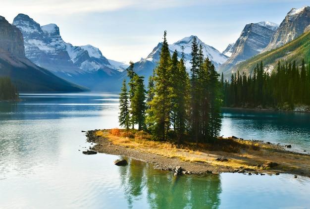 パノラマビューマリーンレイク、ジャスパー国立公園、アルバータ、カナダの美しいスピリットアイランド