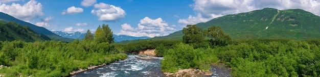 Панорама красивый летний пейзаж горная река и зеленый лес на холмах вдоль берега реки