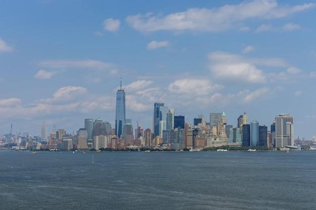 Панорама нижнего манхэттена городского пейзажа и знаменитых небоскребов в нью-йорке америки