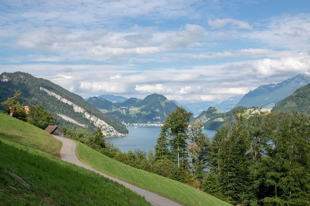 스위스, 유럽, 루체른의 필라투스(pilatus of lucerne)에 있는 파노라마 뷰 od 루체른 호수와 산 풍경. 여름 풍경, 햇살 날씨, 극적인 푸른 하늘과 화창한 날
