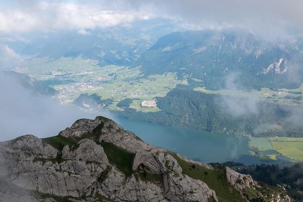 스위스, 스위스, 루체른의 필라투스(pilatus of lucerne)에 있는 파노라마 뷰 od 루체른 호수와 산 풍경. 여름 풍경, 햇살 날씨, 극적인 푸른 하늘과 화창한 날