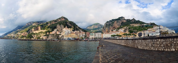 Панорамный вид на город амальфи на юге италии, одно из самых популярных туристических направлений