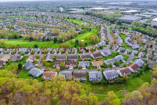 アメリカの小さな町の住宅のパノラマビュー近所の住宅開発