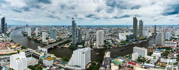 Панорамный вид города бандкок с рекой чао прайя в таиланде