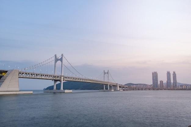韓国釜山の海雲台ビーチにある広安大橋(ダイヤモンド橋)のパノラマビュー。