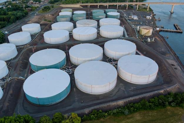 大型石油貯蔵タンクからのバルブ付き機器石油パイプライン鋼のパノラマビュー