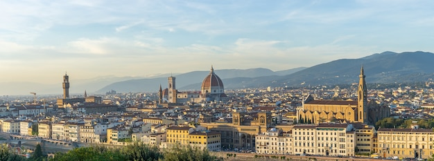 イタリア、トスカーナのフィレンツェのドゥオーモの景色とフィレンツェのスカイラインのパノラマビュー。