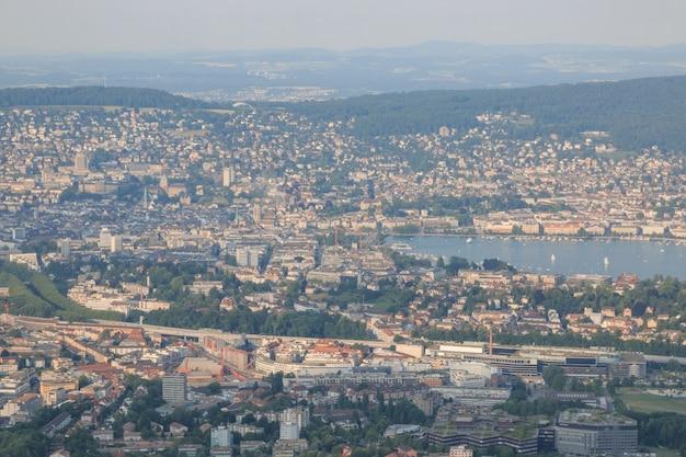 호수가 있는 유서 깊은 취리히 시내 중심가, 스위스 취리히 주(canton of zurich)의 탁 트인 전망. 여름 풍경, 햇살 날씨, 푸른 하늘과 화창한 날