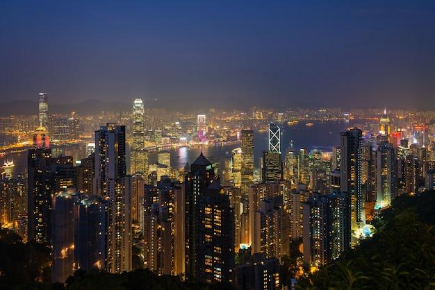 황혼 빅토리아 피크에서 본 홍콩 조명 스카이 라인의 파노라마보기