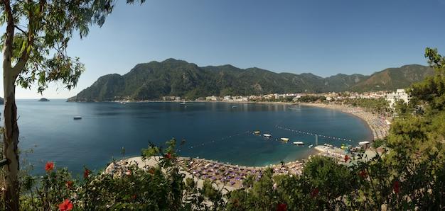 Панорамный вид на залив ичмелер, эгейское и средиземное море. турецкий курорт мармарис. летний отдых или выходные на морском побережье в солнечный день
