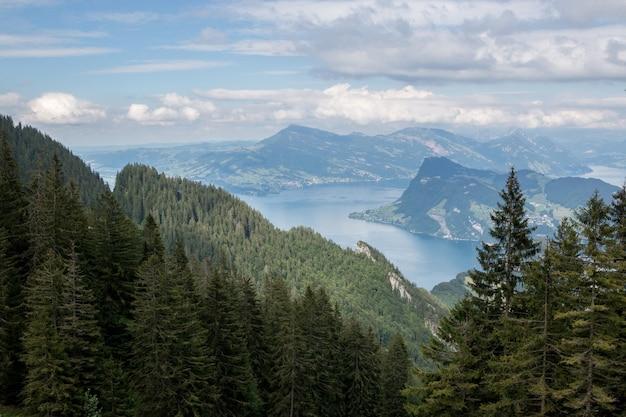 스위스, 유럽, 루체른의 필라투스(pilatus of lucerne)에서 루체른 호수와 산의 전경을 조망하실 수 있습니다. 여름 풍경, 햇살 날씨, 극적인 푸른 하늘과 화창한 날