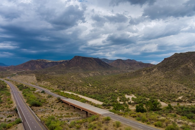 미국 애리조나 고속도로 한가운데 있는 산 사막의 파노라마 전망