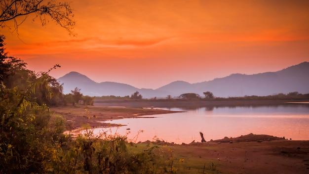日没時の山の湖のパノラマビュー