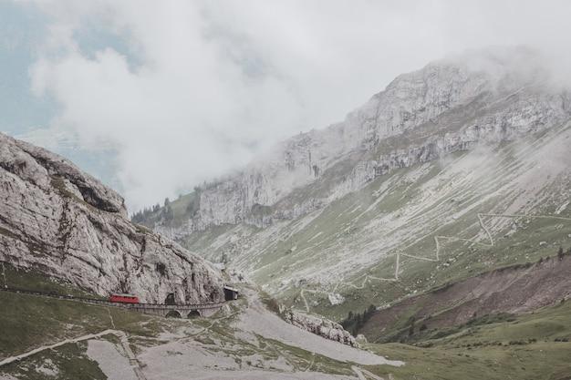 Панорамный вид сцены гор сверху pilatus kulm в национальном парке люцерн, швейцария, европа. летний пейзаж, солнечная погода, драматическое голубое небо и солнечный день