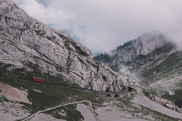 스위스, 유럽, 루체른 국립공원에 있는 필라투스 쿨름(pilatus kulm) 정상에서 산의 탁 트인 전망을 감상하실 수 있습니다. 여름 풍경, 햇살 날씨, 극적인 푸른 하늘과 화창한 날