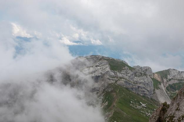 스위스, 유럽, 루체른 국립공원의 필라투스 쿨름(pilatus kulm) 정상에서 산의 탁 트인 전망을 감상하실 수 있습니다. 여름 풍경, 햇살 날씨, 극적인 푸른 하늘과 화창한 날