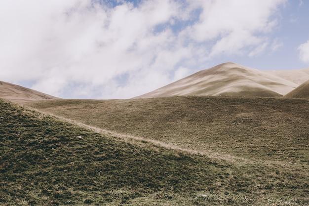 국립 공원 dombay, 코카서스, 러시아, 유럽에서 산 장면의 파노라마 보기. 극적인 푸른 하늘과 화창한 여름 풍경