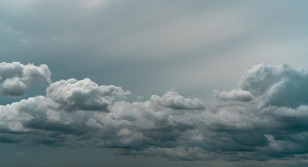 흐린 하늘의 파노라마 보기입니다. 장마철에 비가 오기 전의 극적인 회색 하늘과 흰 구름. 흐리고 변덕스러운 하늘. 폭풍 하늘입니다. 클라우드스케이프. 우울하고 변덕스러운 배경입니다. 흐린 구름.
