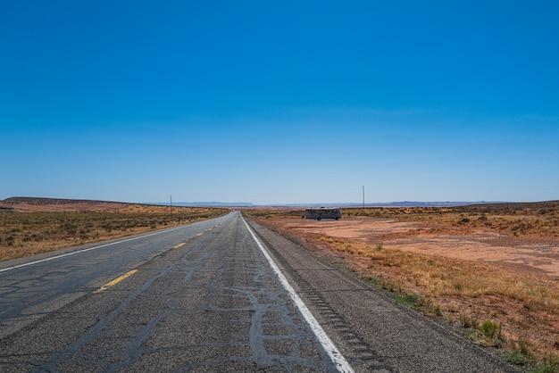 미국 남서부의 황량한 풍경을 가로지르는 도로의 파노라마 전망