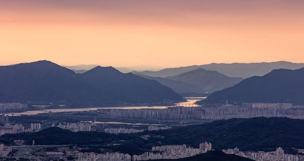 日の出の韓国ソウルのパノラマビュー。