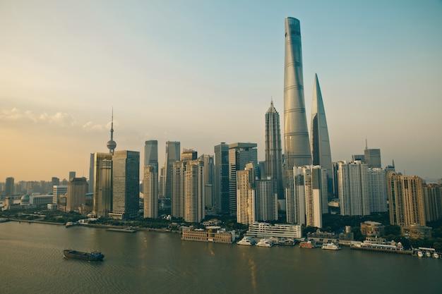 日没の日の出で上海の近代的な都市景観のパノラマビュー