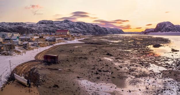 海の干潮のパノラマビュー。本格的な北部の村、テリベルカ。コラ半島、ロシア。