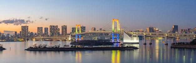 Панорамный вид на токийский залив с радужным мостом в городе токио, япония