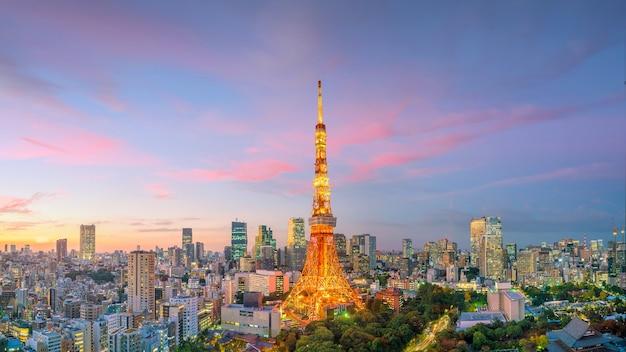 日没時の東京の街並みと東京タワービルのパノラマビュー