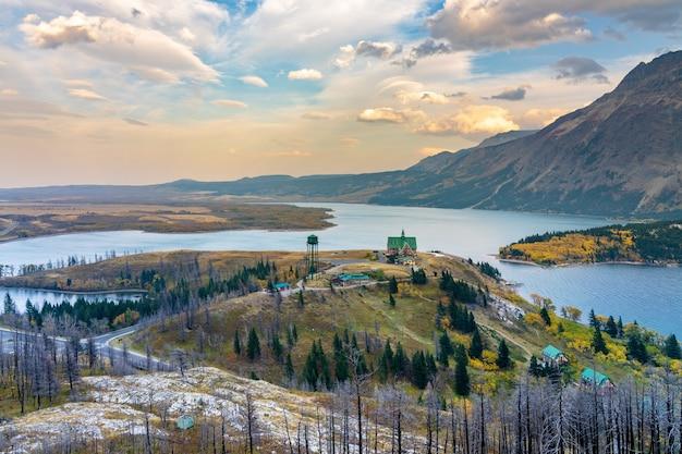 Панорамный вид на национальный парк уотертон-лейкс в красивых сумерках. пейзажный пейзаж после пожара в осенний сезон листвы. альберта, канада.