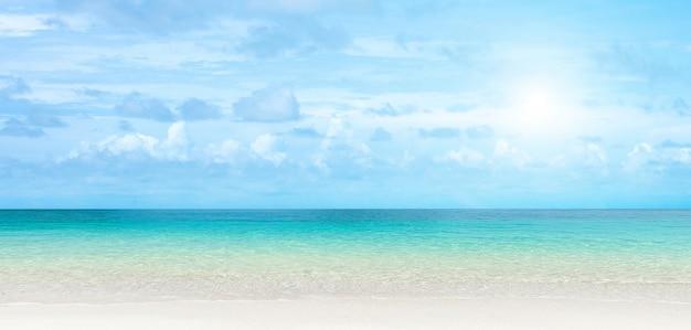 透明な青い海のパノラマビュー