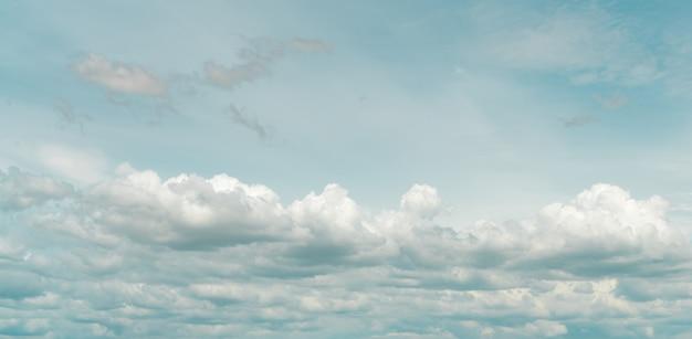 Панорамный вид белых пушистых облаков на голубом небе. крупным планом белые кучевые облака текстуры фона. белые пухлые облака. красота в природе. мягкое ощущение хлопка. красивые облака.